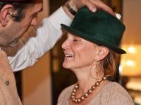 Andrea Frauenschuh bei Hutmacher Planck behütet, bei Kaspar unter der Haub´n