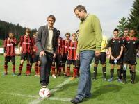 Andi Hölzl beim Ehrenanstoß mit Brixens Bürgermeister Ernst Huber; Foto: Gorta