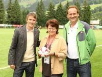 Andi Hölzl beim Ankick des 14. Cordial Cups in Brixen im Thale mit Eventorganisatoren Manuela Dorn und Hans Grübler; Foto: Gorta