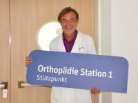Prim. Dr. Robert Siorpaes sichtlich erfreut über die Erneuerung im BKH St. Johann in Tirol. Foto: Albin Ritsch