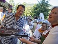 Gregor Glanz bekam eine Torte zu seinem 34. Geburtstag; Foto: Rasmushof
