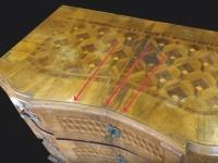 aus ehemals geraden Schubladen versuchte der Fälscher geschwungene Formen zu manipulieren.